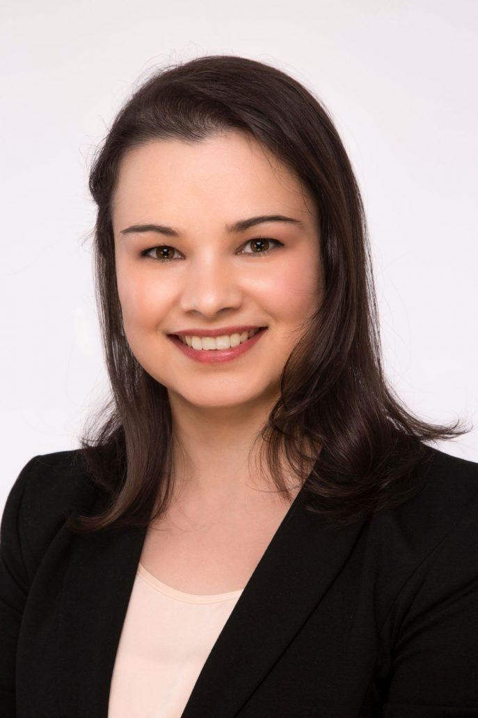 Bewerbungsfoto Linz - Frau im schwarzen Sakko und weißer Bluse