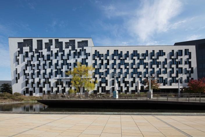 Architekturfotograf Wien WU Campus Gebäude mit Teich