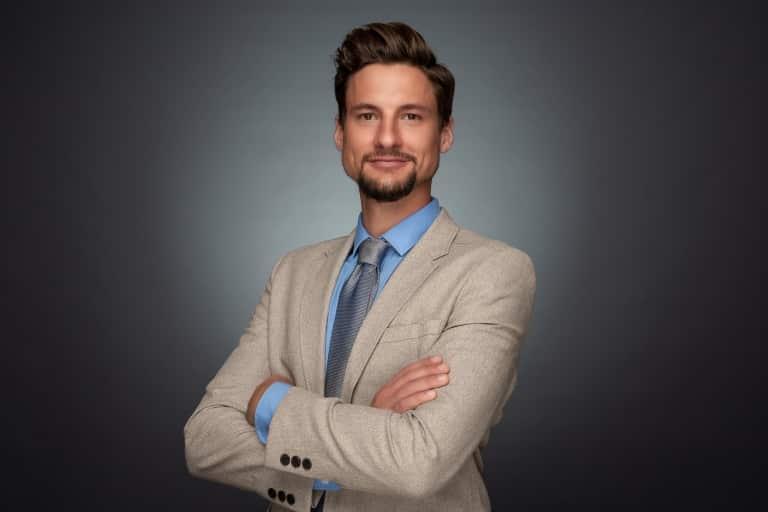 Bewerbungsfoto Fotograf Linz Mann mit Krawatte und Hintergrund grau spot