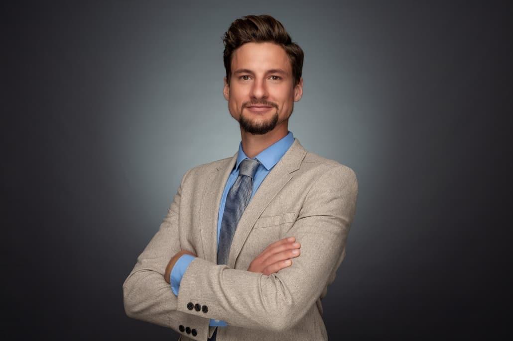 Business Portrait Linz Mann mit blauem Hemd und Krawatte