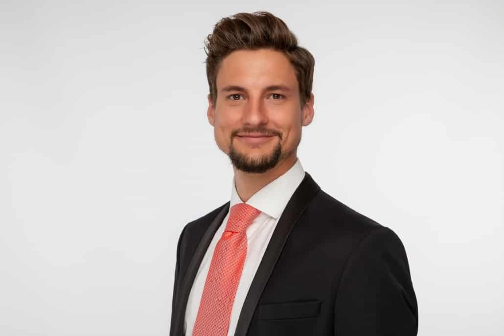 Business Portrait Linz Mann mit roter Krawatte