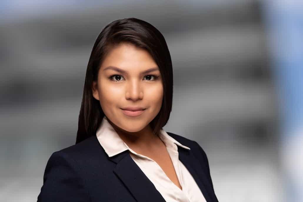 Business Portrait Frau Linz mit schwarzer Blazer Hintergrund